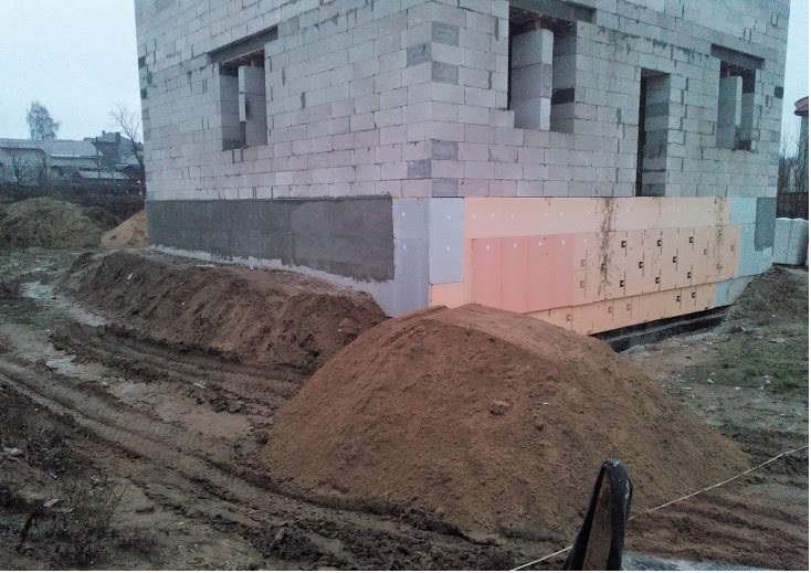 песок неизбежно перемешивается с грунтом и глиной при разгузке и перемещении.