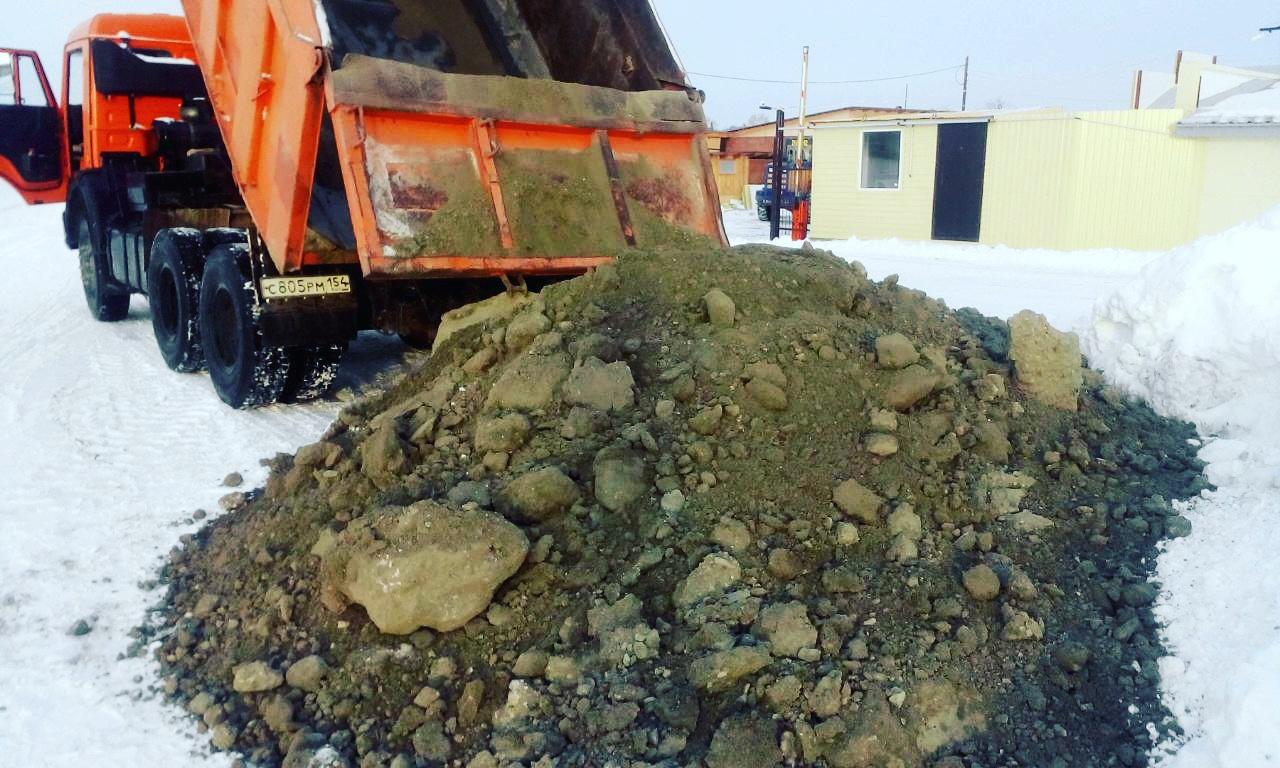 При температуре ниже -20 градусов песок замерзает в песочные глыбы, между которыми образуются пустоты, впоследствии оседающие, и требующие дополнительного количества песка.