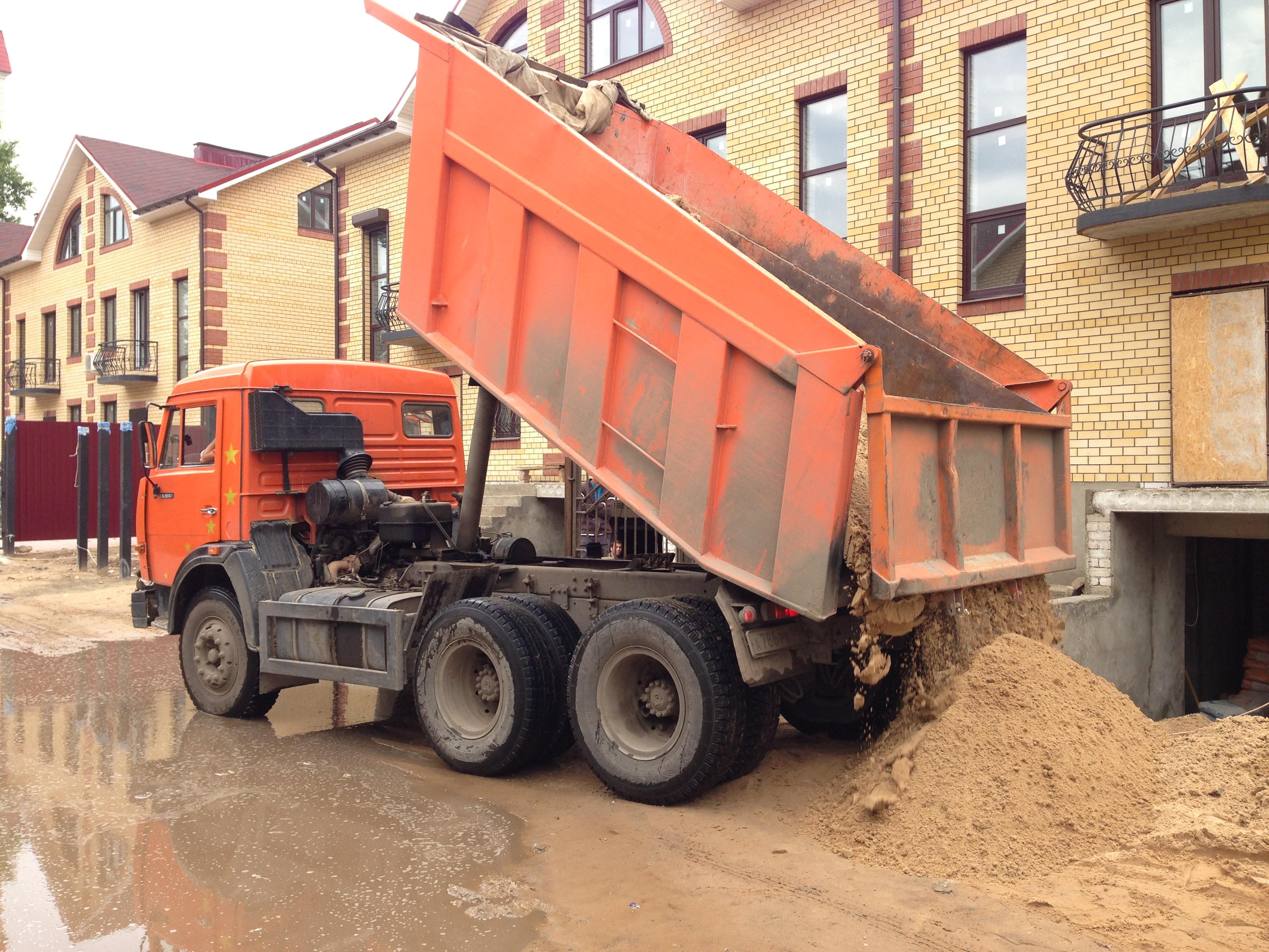 Но так же нужно учитывать, что при заказе песка строительного и песка карьерного необходим запас около 10%-30% так