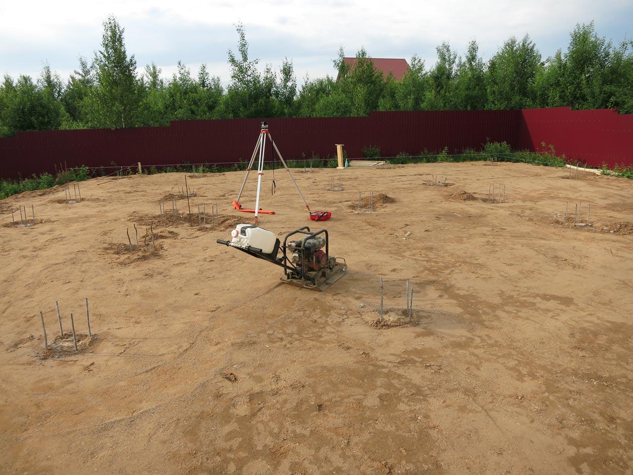 При доставке песка доставляется рыхлый песок а для засыпки (фундаментов, котлованов и тд.) нужен плотный.